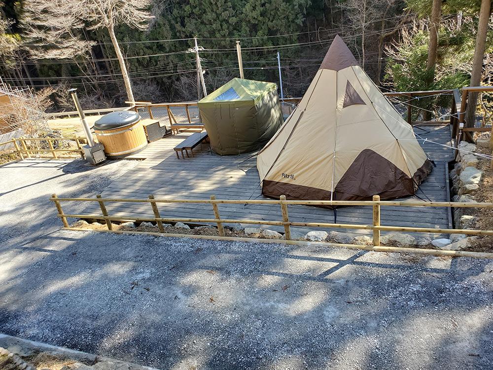 喜多川キャンピングベース、最新キャンプ場、ウッドデッキ